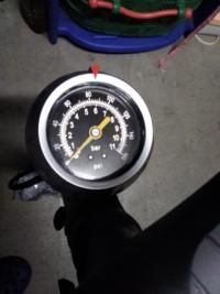 ロードバイクの空気入れにつて MIN.50-Max.85 P.S.I (3.5―5.9 BAR350―590 KPA)  とタイヤの側面に書かれているんですが、下の画像でいったら、どこからどこまでが適正空気圧ですか?   最も適正な空気圧の数値も教えて下さい!
