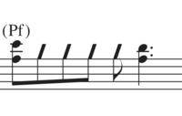 バンドスコアの楽譜の読み方についてです。 この写真のように斜線?になっている音符の読み方、弾き方を教えてください。 ちなみにキーボードです