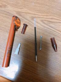 ボールペンの組み立て方。 こんにちは。芯の種類を知りたくて分解をしてしまったところ、元に戻せなくなってしまいました…  こちらのボールペンの組み立て方をどなたか分かりますか 泣