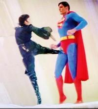 超人ウルサが、スーパーマンの股間の急所のキンタマを蹴り上げたら、スーパーマンはどうなると思われますか。??