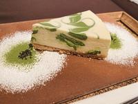 京都のとあるカフェのチーズケーキなのですが、この模様をどうやってつけたのか理解ができませんでした。 模様の付け方わかる方いらっしゃいますか?