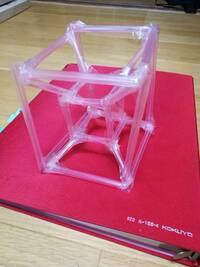 正八胞体(四次元超立方体)を3次元で表す(工作して立体で表す)と 画像のようになると思っているのですが、この考えは正しいですか? ※ネット上には、正八胞体を2次元で表してるものは結構あるのですが、 これを3次元で表すとこれでいいのかな?という疑問があり、自分で作ってみました。