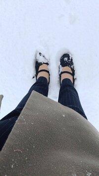 なぜみんなパンプスで雪を踏めるのに畳の上は歩けないんでしょう。  雪の日にSNSで検索すると通勤・就活生で積もった雪の上をパンプスで歩いている写真が大量に出てきます。 ただでさえかかとの浮いた不安定な靴、凍結でスリップして転倒したら危険ですし、そうでなくてもストッキングでは寒くて凍傷のリスクもあります。さらに数センチも積もった大雪にヒールの足が埋まった光景も少なきないです。  どう考...