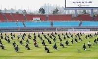 韓国では職員採用の筆記試験をサッカー場で行ったそうですが、どうやってカンニングするんですか?