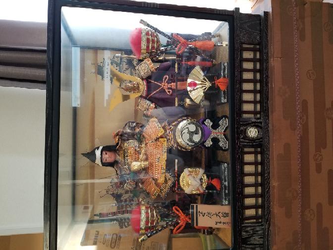 画像の五月人形について教えて頂きたいです。 ①誰の作品ですか? ②いつのものですか? ③いくら位で売れますか? 画像反転していてすみません。 分かる方教えて頂きたいです。 オルゴールがついて...