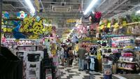 ドンキホーテに行くのは危険ですか。 ・・・・・・・・・・・・・・・・ 昨日コロナなのにドンキに行ったのですか。 コロナなのに客が普段通り大勢いたのですが。 ドンキてわざと店内を狭くして商品を置いてい...