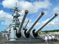 戦艦、巡洋艦、駆逐艦とかの主砲で機関砲みたいなガス圧利用式の自動装填装置を備えるものって無いですよね? 砲尾から一々詰めるよりも速そうなのに  なんでですか?