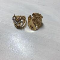 この指輪のブランドが知りたいです。 (恐らく2つは別々のブランド)  祖母から貰ったのですが、形が気に入り同じブランドのものが欲しくなりました。 しかし、祖母がブランド名を覚えていなかったためここで質問さ...