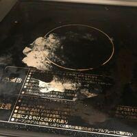 電子レンジ内部の汚れがひどかったため、クエン酸で掃除後、クレンザーでふき取ると下の写真のようになってしまいました。 これは塗装が剥がれている状態なのでしょうか?
