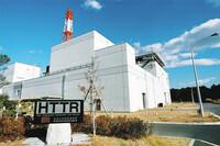 以下の東京新聞茨城版の記事の前半部分を読んで、下の質問にお答え下さい。 https://www.tokyo-np.co.jp/article/ibaraki/list/202004/CK2020041602000157.html (東京新聞茨城版 水素で延命?原子力業界 大洗、高温ガス炉運転再開へ 大量生産目指す)  『大洗町にある日本原子力研究開発機構の「高温工学試験研究炉(HTTR)...