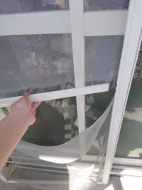 網戸の張り替え、取り付けなどの料金の相場について質問です! 現在、写真の様な上体です。 窓1つの窓の上下の網戸が全体破れてて、 網?を取り付けるところも外れてしまっています。  この場合、金額はどれほど...