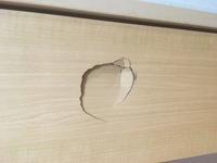 アパートのドアに穴。  アパートのドアに穴を開けてしまいました。 退室前に直したいのですが、こういうのはどこに頼めばいいのでしょうか?