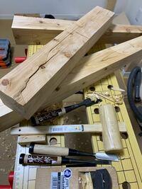 木工道具を教えてください。 木工ド初心者です。  こんな感じで、ヒノキの木で机の足を作っています。  裏表から丸のこで切ったのですが ガッタガタなので、とりあえずホームセンターで ノミやカンナを買ってみました。  安物でもなんとなく使いやすいです。  しかし、作業が滞っているのですがそもそもこういう作業をするにあたって、良い道具は他にありますか?  木工細工などをしてる方も、良いもの悪いもの...