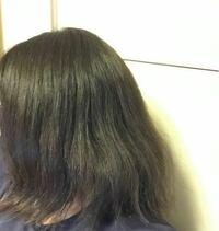 髪の毛の悩みです 髪の毛がこのように広がっています。 髪の毛を洗う時は爪を立てずにマッサージするように洗い、リンスをします。2日に1回トリートメントもします。 お風呂から出たら、叩くようにして水気を拭き取り、5分後くらいに、流さないトリートメントをつけてから、根元から乾かします。  どこかいけないところがあったら教えて欲しいです! また、どうしたら、綺麗なストレートになりますか? なんでもい...