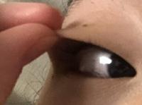 アイプチをすると瞼が伸びるという話がありますが、私はアイプチを使用していてアイプチを取った状態でまぶたを引っ張ると結構伸びます。これは伸びてしまっているのでしょうか?通常の人はここ までのびますか?