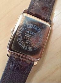 腕時計のベルトについて質問です。 このようなタイプでも市販のベルトを買えば時計屋さんで取り替えてもらえるのでしょうか?