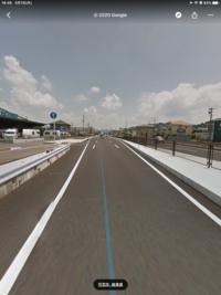 車線変更のウインカーについてです。 1車線の道路が片側2車線になる地点の写真ですが、この交差点は真ん中が直進専用車線、左側が直進と左折の混合車線、右側が右折車線となります。 車線変更の際はウインカーが...