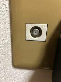 テレビを繋ぐアンテナからLANケーブルに変換してwifiを繋ぐ事は可能でしょうか? 詳しい方お願いいたします。 下の画像の丸いやつから四角いやつに変換できますか?