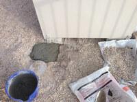 モルタルと塩ビ管の相性は大丈夫でしょうか。  地面が土である土地に物置を設置しましたが、 モルタルアンカーしようと土を掘ったら直径10cm程度の塩ビ管が 水平に埋まっていました。 雨水か下水だと思うのですが、グレーです。  したがって、モルタルアンカーの深さは当初予定していた30cmではなく20cmくらいに なってしまいました。  ところで、塩ビ管を穴の中で露出した状態で、...