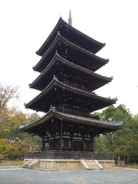 大阪はコロナの状況に応じて 太陽の塔が 赤色 黄色 緑色 にライトアップ されるそうです。  京都は 東寺、仁和寺、法観寺、醍醐寺の五重の塔 がライトアップされるのですか?