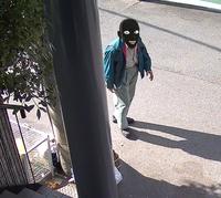不法投棄についての質問です。  皆様ごきげんよう。 今朝我が家の監視カメラくんが、何度も不法投棄しに来たおじさんの姿を撮影成功しました。 このようなおじさんですが、その服装は、何処かの会社の制服なのでしょうか。 場所は大阪市生野区です。 情報ご提供いただければ幸いです。  どうぞよろしくお願いします。