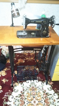 昔の足踏み(人力)の黒ミシンを使用しています。 中古で買い整備して使えるようになったんですが、足踏みが難しいです。 カーブや曲線などゆっくり縫いたい部分でも、うまくコントロールできず 高速縫いになっ...