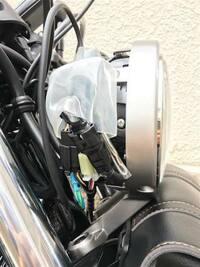 レブル500 のフロントウインカーを交換しようとYouTube動画を参考にヘッドライトカバーを開けて配線を確認してたら動画にはカプラーが防水カバーに収まっていましたが自分のレブル500には防水カ バーが見当たりません!防水カバーは付いてたり付いて無かったりするものですか?  参考にカバーがある他の方の写真をつけてます!  ちなみにホンダの正規販売店で新車で購入しました。店に聞くのが早...