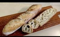 パン作りに詳しい方に質問です  フランスパンを自宅で作ろうと思っているのですが、よくクックパッドに載っているような普通のフランスパンではなく写真のような粉の味がしっかりするパンを作 るにはどうしたらいいのでしょうか。