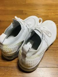 ナイキ ヴェイパーマックス(スニーカー)をハイターで洗ったところ、プラスチックの部分が黄ばんでしまいました。この黄ばみを白くするにはどうすればいいでしょうか、