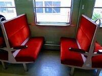 電車にて田舎の電車だからか向い合わせ席があるのですが、僕は一人で向かい合わせ席に座ってたのですが、そこに知らない女性二人が向いに座ってきて気まずかったのですが、普通向かい合わせ席に知らない人がいても座 りますか? 画像が向かい合わせ席です