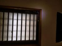 窓の開け方がわからない 引っ越してきた家の窓が見たことない形状で、開け方がわかりません。 レバーがついてますが、どっちに回しても半回転くらいで動かなくなります。 手前の窓はどの方向に動くものなのかもわ...
