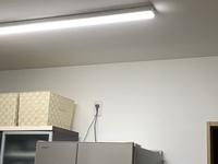 整理収納 ️ 画像あり。 どなたか?アドバイスをお願いします。  冷蔵庫を買い替えて、低くなり 冷蔵庫の上に収納に困っています。  ↓のようなスペースです。 どんな感じにしたら良いか 悩みます。  天井か...