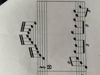 ピアノ楽譜 読み方について  画像の読み方がよく分かりませんでした。 右手部分の16部が下の三連符とどう合わせて引くべきなのか。 分からないのは右手部分のリズム?です。 素直に読んで もしたとリズムが...