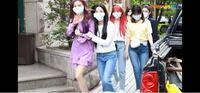 マスクの大きさについて、 韓国の女性アイドルがマスク付けてる映像なんですが、ぶかぶかすぎませんか? 自分がマスクつけたらピッチピチなんですけど。 顔が相当小さいんですか?小さすぎませんか?