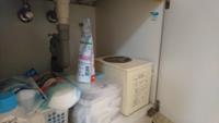 洗面台の下の収納スペースの右端に四角い箱のようなものがありますが、これはなんでしょうか? ちなみに隣に洗濯機があります。  洗面台を新しいのに交換しようと考えていますが、 専用のものでなければならないのでしょうか?