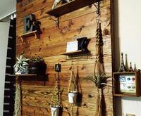 このような木の壁に壁掛けのギタースタンドをつけたいのですが、レスポールのようなら重たいものを掛けても大丈夫なのでしょうか? 同じように壁掛けしている方いたら教えてください!