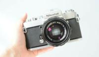 ①メルカリでフィルムカメラ(Nikomat EL)をレンズ付き(NIKKOR 50mm 解放1.4)で買ったのですが、このカメラでマクロ撮影をしたくて、レンズはどれを買えばいいのでしょうか? AFとかMFとか色々あってよく分かりません…  (マウントはNikonFマウントです)  ②フィルムは35mmフィルムってやつだったらなんでも大丈夫ですよね?