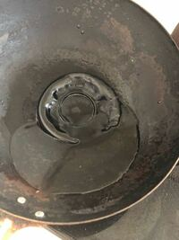 蒸し器をフライパンで代用したらこんな風にくっついてしまったんですがどうすればいいでしょうか… 絶対怒られます…