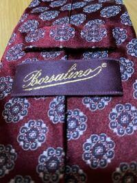 初投稿させて頂きます。 ネクタイのブランド名が読めないのですが、 どなたかわかる方教えて頂けますか。