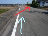 赤→電動自転車の義父(64歳) 青→車の相手(40代)  横断歩道がない場所で赤の→みたいに 自転車で道路を横切り車が後ろから ぶつかって来ました。  頭を17針抜い左足にヒビが入りました。  車を運転していた相手側か...