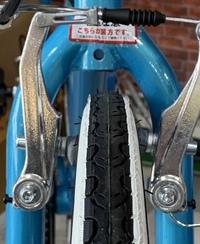 自転車のブレーキパッドの左右のズレについて。 前輪のブレーキパッドが片効きになってしまっていたので、直そうとしたのですが、 そもそも左右の位置が前後に大きくズレているようで、うまく 調整できませんでした。 これは、簡単になおせるものでしょうか?