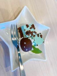チョコレートについて。 先日カフェで食べたケーキについていた ネコ型のチョコが美味しすぎてまた食べたいです  どこのチョコレートかわかる方いらっしゃいますか?