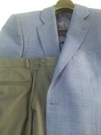 ビジネスジャケットの着こなしについてご質問させていただきます。ネイビーの薄いグレンチェックのジャケットに、ブラックのスラックスでしたら、おかしくないかと思います。 ということなので すが、スラックスがブラックストライプのビジネススーツの下(スラックスだけ)だとしても大丈夫でしょうか。 遠目に見れば全くわからないと思いますが、近づいて注意してよく見るとわかるかもしれません。 一般的な話と...