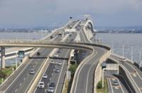 高速道路の老朽化が進行しているのですか? 解決方法は。  日本は戦後復興後に全国に次々と高速道路を張り巡らせていきましたよね、流通を良くするためにも。  ですが、そんな高速道路も数十年経つと老朽化し...