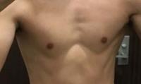 筋トレ 大胸筋の3角形 筋肉の付き方について  ・半年ほどだと大胸筋が3角形になる人が多いですが 「3角形」と「丸」どちらが筋肉に効いているのでしょうか? それとも体質による違いですか? 写真はネット上...