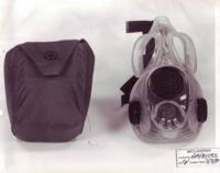 ガスマスク(防毒マスク)はなぜ透明にしないんですか?実験用のシリコーンマスクとかでは透明ありますが……素材的な問題で無理なんでしょうか? 透明だったら写真みたいなタイプはあまり意味ないかもしれないです...