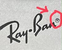 レイバンのメガネケースについて。 レイバンのメガネケースが偽物?では無いのかと思っております。 Rの文字が歪になっており、円が二重になっています。 本物でしたら、このような印刷ミス って無いですよね?