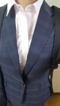 塾講師のアルバイト面接に行く時のスーツについて質問があって質問させていただきました。 来週塾のアルバイトの面接にスーツで行くのですが、今、私には入学式用に買ったけれど着なかった(コロナの影響で着ることができなかった)、すこし大学生のアルバイトにしては派手目かな?というものしか持っていません。 この写真のような、大きめのチェック柄(薄いけども)、薄ピンク色のシャツで行っても大丈夫でしょうか?印...