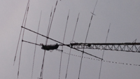 このアンテナはアマチュア無線局だと思いますが周波数は? 高さは電柱より高いです。  持ち主?業者?がメンテナンス? 質問 1アマチュア無線局のアンテナ? 2二段のアンテナは周波数? 3都内でも高アンテナで障...