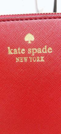 偽物? ケイトスペードのバッグをフリマサイトで購入したのですが、ロゴがおかしいような気がします。 偽物でしょうか?